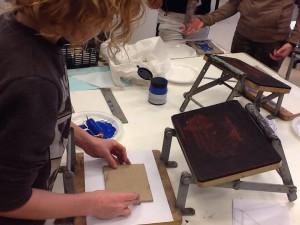 lino printen in het grafische atelier met groep 8